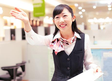 大型商業施設のインフォメーションスタッフ /お客さま対応、館内放送、電話応対等